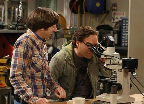 Leonard ser næmere på den mikroskopiske kjærlighetserklæringen Howard har laget til kona Bernadette, som er mikrobiolog. Foto: The Big Bang Theory, sesong 6: episode 16