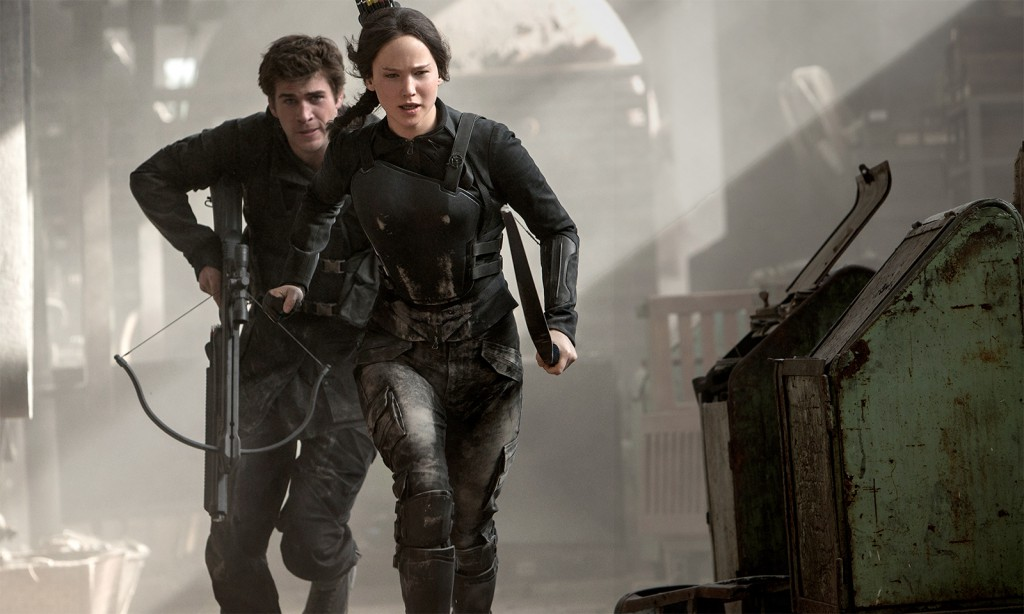 Jennifer Lawrence som Katniss Everdeen og Liam Hemsworth som Gale Hawthorne. Foto: Murray Close/Lionsgate