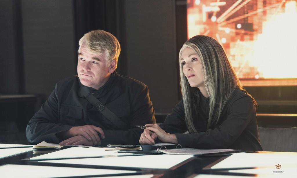 Avdøde Philip Seymor Hoffmann som Plutarch Heavensbee og Julianne Moore som President Alma Coin. Foto: Summit/Lionsgate