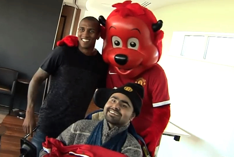 Ashley Young og United-maskot Fred the Red sammen med Mashot. (Skjermdump fra filmsnutten).