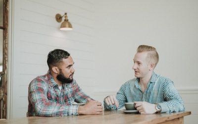 lytte til hverandre. To unge menn snakker.