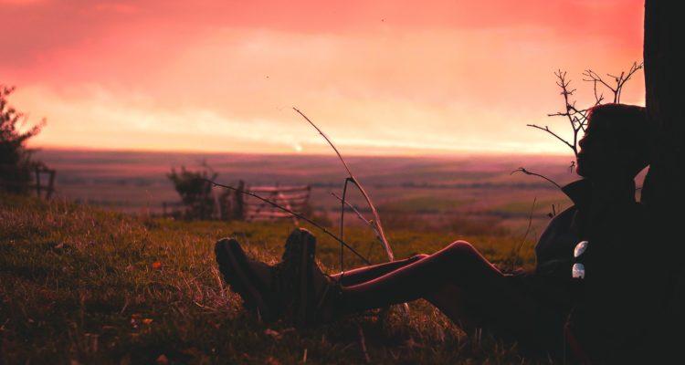 hvile mann i solnedgang